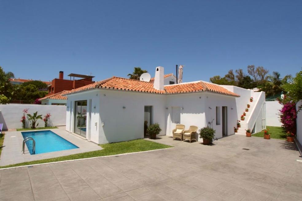 Casa de una planta con pequeña piscina en Nueva Andalucia, sur de España