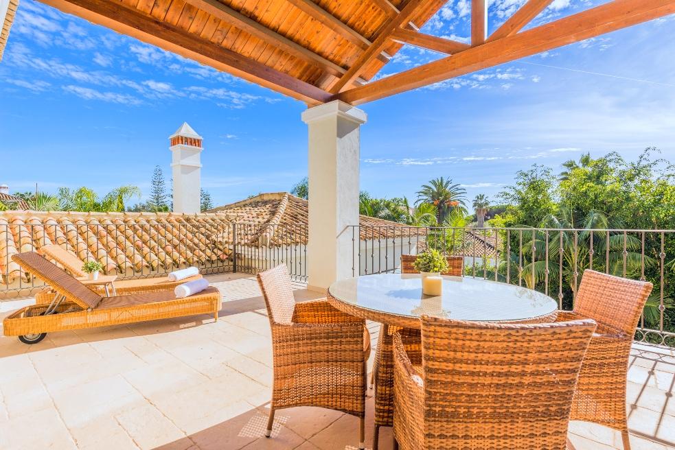Terraza en estilo español con vistas despejadas