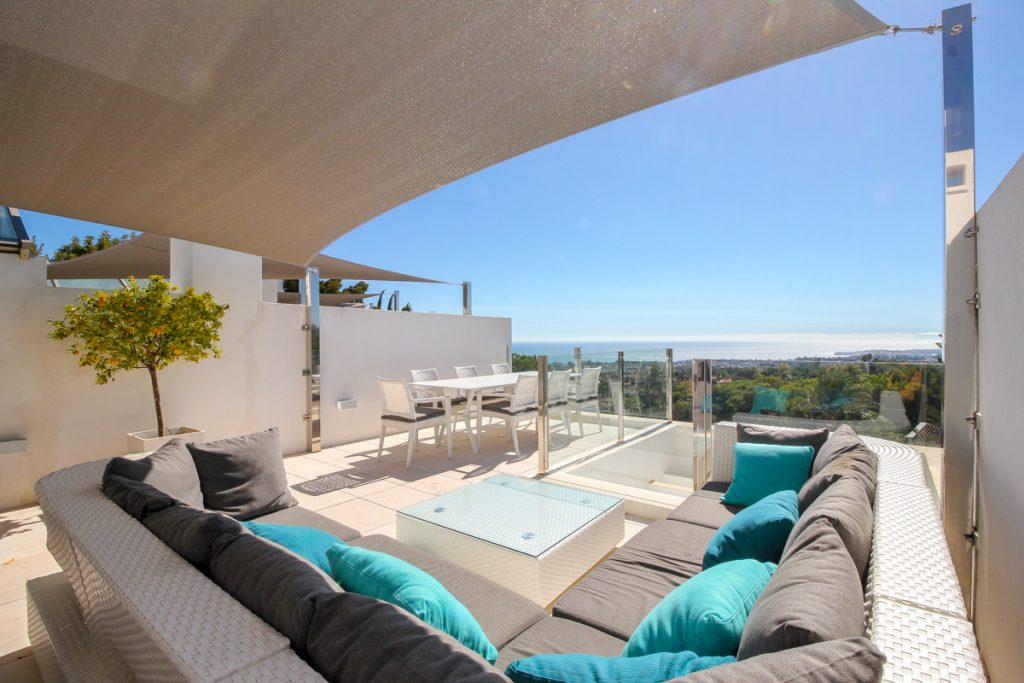 Vistas desde una terraza en sierra blanca hacia el mar mediterraneo