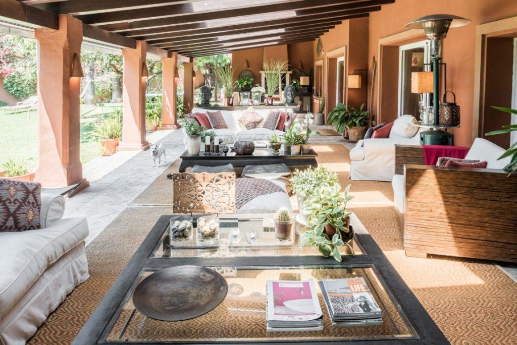 Terraza decorada con muebles de exterior y muchas plantas