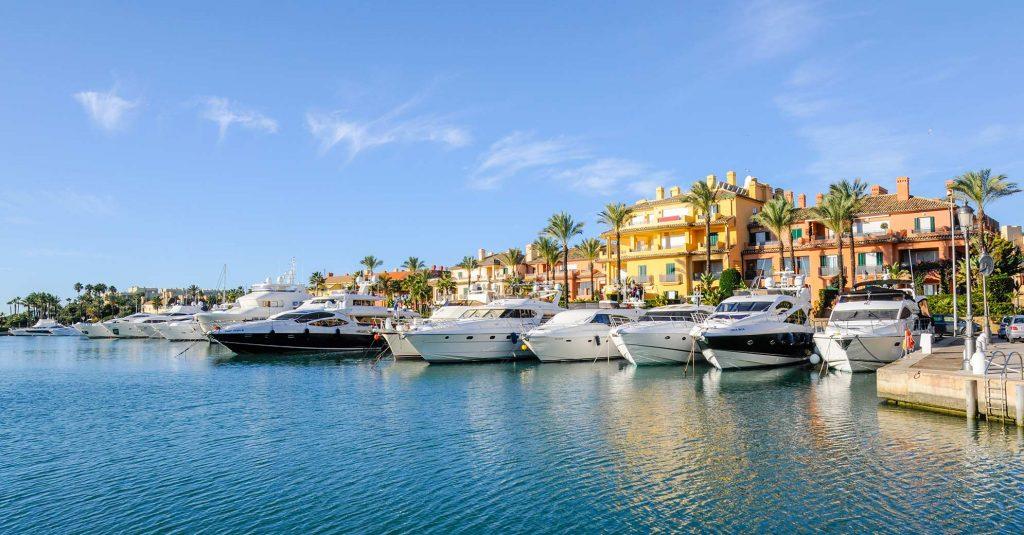 Puerto en mar mediterraneo con yates y mar