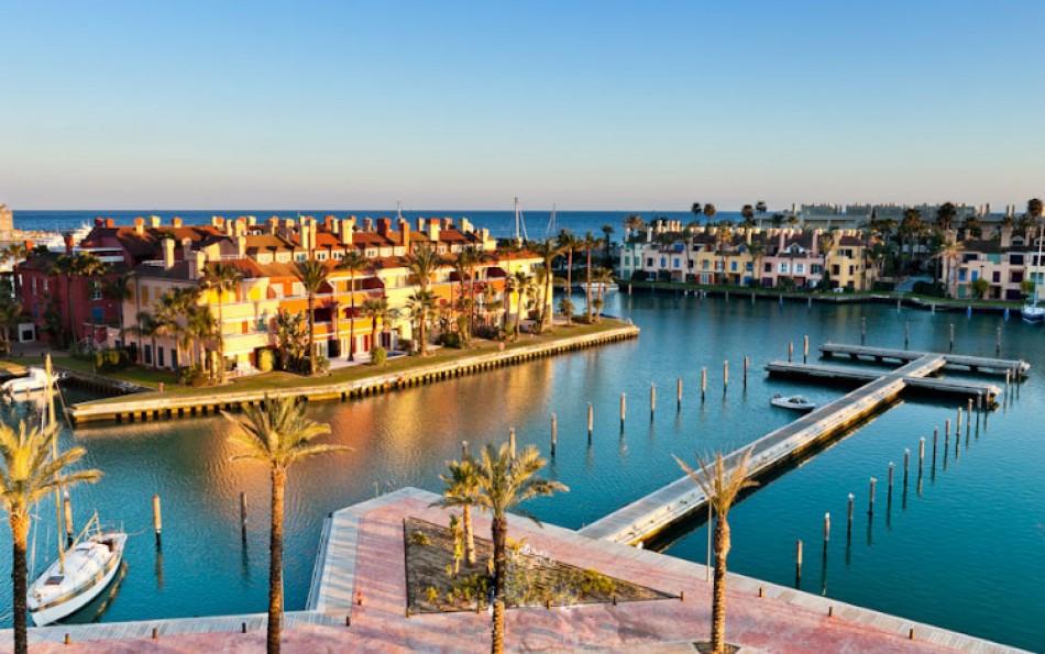 Hermoso puerto de sotogrande con yates, canales